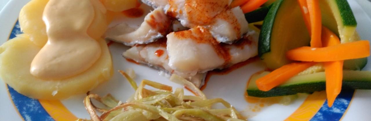 LOMITOS DE BACALAO AL PIMENTON Con puerro y patata cubierta de alioli de zanahoria