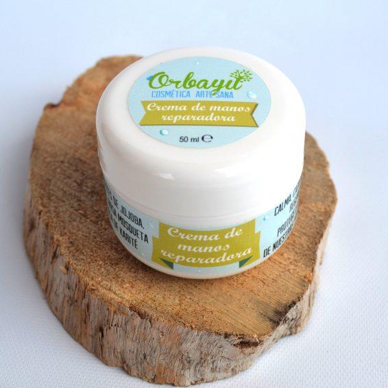 Con grandes poderes cosméticos para tu piel, nuestra crema de manos protege, calma, regenera, nutre, suaviza y es antiflamatoria. Además otorga la elasticidad perfecta.